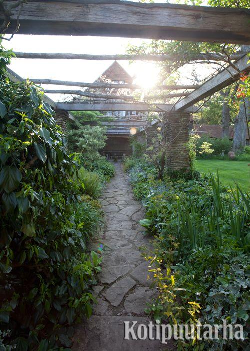 Kujanne saa aivan uuden roolin puutarhassa, kun sen päälle rakentaa pergolan. Kivetylle kujanteelle voi lisätä pienen levähdyspaikan.  www.kotipuutarha.fi