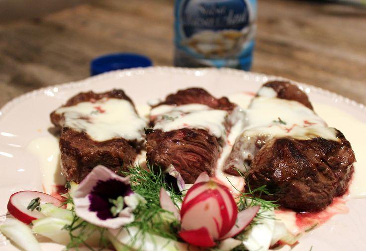 Para esta receta de hoy: Solomillo en Salsa de queso azul, hemos utilizado solomillo de ternera, aunque se puede sustituir por cualquier otro tipo de carne. Y como acompañamiento una salsa de queso azul.