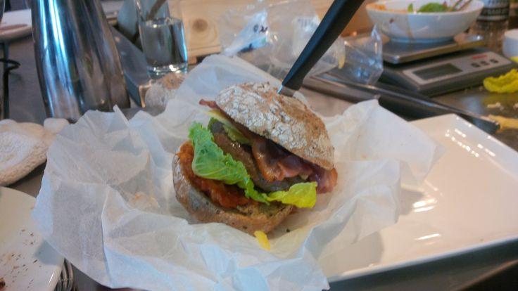 Burger van MRIJ rund met bacon, oude kaas, tomatenchutney en romaine sla. Tuurlijke met dikke frieten en mayo!