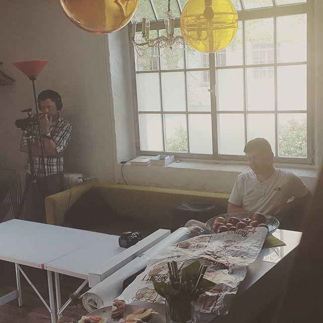 Hinter den Kulissen: Torsten dokumentiert fleißig den Workshop, während Lukas eine kurze #Verschnaufpause vom Hin- und Hertragen macht. #agenturleben #wackerfabrik #wohnzimmer #event #marketing #agencylife #film #photos #jwk_com #hinterdenkulissen #agentur #ruheforst #guterstartindiewoche #werbung #azubi #azubileben
