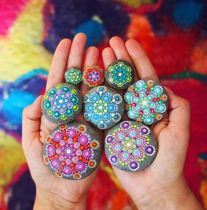 #Mandalas peints sur #pierres