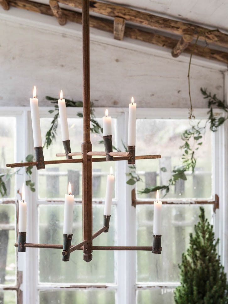rustic-chandelier-decorated-for-christmas