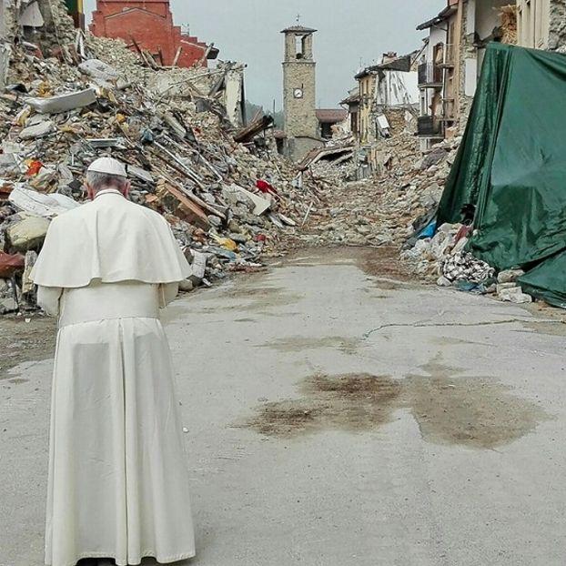 Papa Francesco di fronte alle macerie delle case di Amatrice, distrutta dal terremoto del 24 agosto