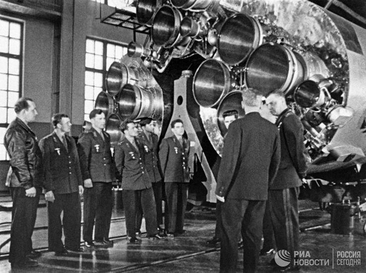 Члены первого отряда космонавтов знакомятся с космической техникой