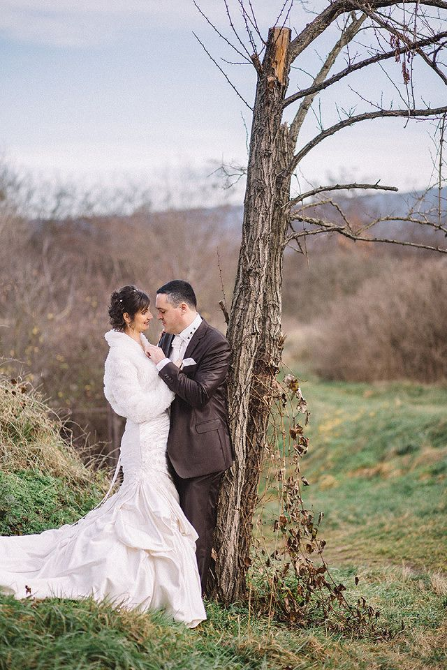 xmass winter wedding:  http://vidagergely.hu/eskuvoi-foto/karacsonyi-tatai-eskuvo-judit-es-akos/
