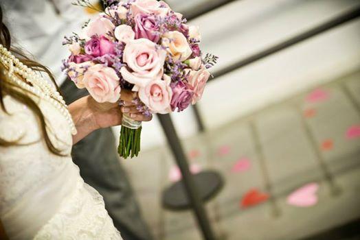 ramo en tres tonos de rosas y limonium lila #ramo #novia #redondo #rosas https://www.facebook.com/RamosYTocadosMariaInesMurguiondo