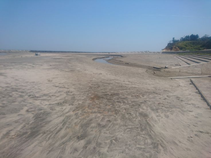 [P]地元福島の海の手前の浜です。人の足跡が残りやすい砂なので不思議な模様になります