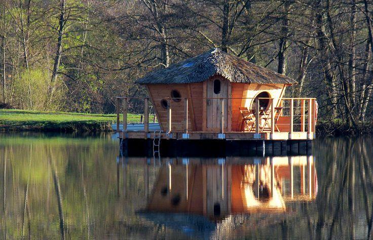 Profitez d'une nuit magique sur l'eau au coeur de la cabane Nénuphar, et savourez un petit déjeuner livré sur votre ponton.