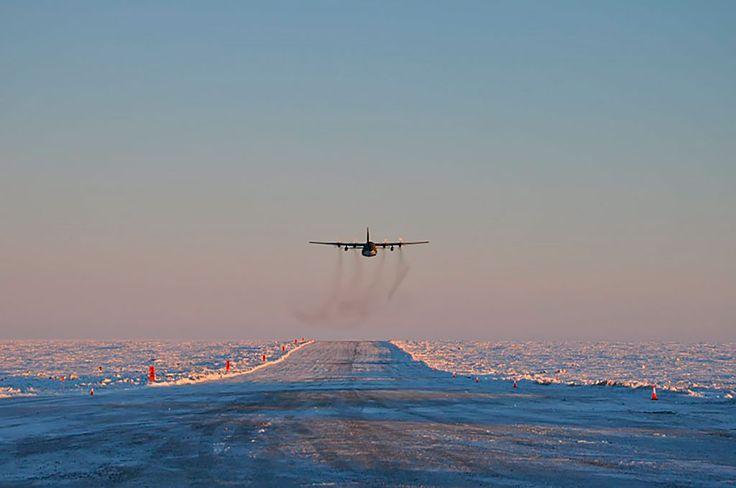 Antártida Argentina, nueva pista de aterrizaje La pista tiene una extensión de 1600 metros y 45 metros de ancho, que la convierte en la pista de tierra más extensa de la Antártida y a la base Marambio, el único asentamiento que posee dos pistas