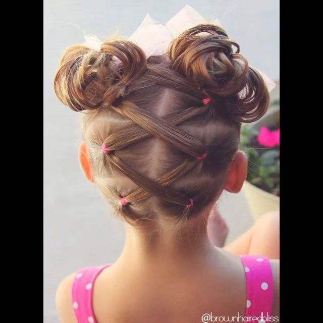 V I D E O • Elastics Criss Crossed to High Messy Buns • I did this on little sis today...one of my favorites! ❤️❤️ @peinadosvideos #peinadosvideos