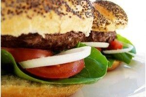 Hamburgerii de casa sunt o solutie foarte buna pentru a le potoli pofta copiilor de fast food. Pentru a face hamburgeri acasa aveti nevoie de carne de vita tocata, ceapa,ulei,chifle