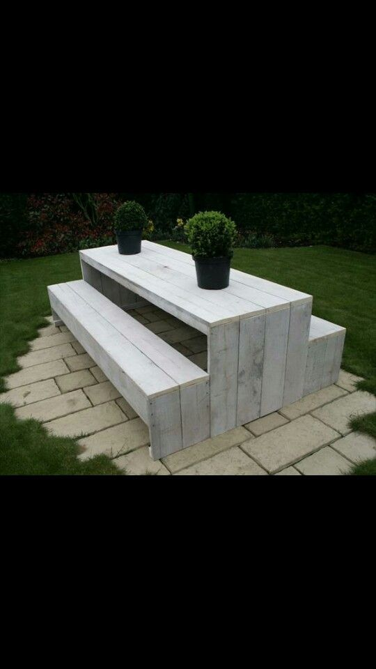 Picnic bench design: modern and white washed made with *free* pallet wood. Amazeballs.
