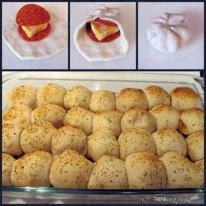 INGREDIENTI: 1 Pasta brisé Salame (tagliando a rondelle) q.b Emmental q.b 1 Uovo sbattutto (da spalmare) origano q.b parmigiano grattugiato q.b aglio grattugiato q.b PREPARAZIONE: Tagliare (con l'aiuto di un taglia biscotti o un bicchiere) tanti cerchi di pasta brisé e farcirli con una fetta di salame alla base, formaggio e un'altra fetta di salame. […]