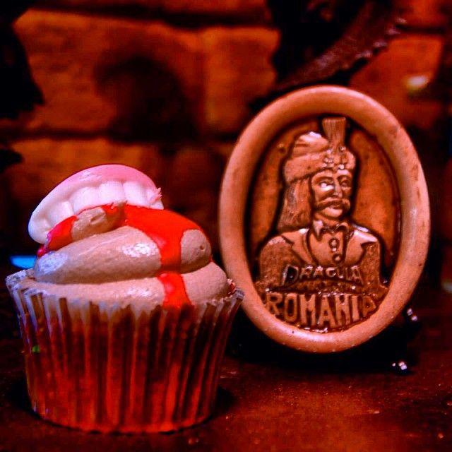 Dracula Choco: Το αιμοσταγές μας cupcake ειναι συνδυασμος σοκολάτας, cream cheese σε μια κοκκινη συνταγή μυστική όσο και η ταυτοτητα του κόμη.