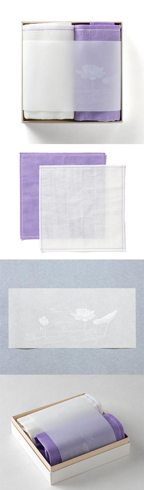 【弔事ふきん(中川政七商店)】/箱入りふきんのセットです。5枚仕立ての蚊帳生地を使用した藤色と白のふきんが蓮の花があしらわれた薄紙とともに入っています。