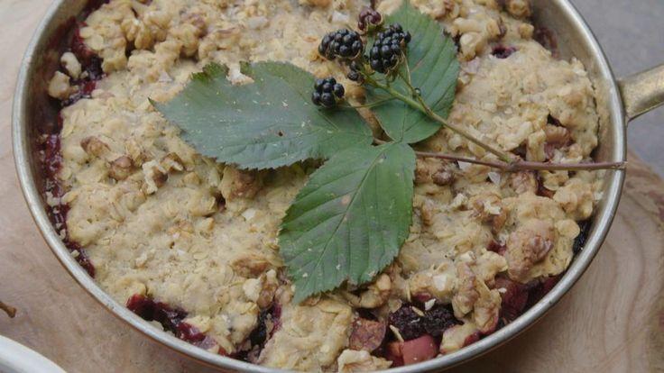 """Det här är en riktig """"ta vad du har""""-paj där man kan blanda stenfrukter och bär i säsong eller som man har till hands hejvilt! Till pajen serveras världens kanske enklaste vaniljsås."""