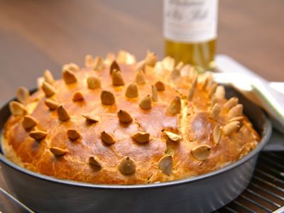Vlak na de vastenperiode worden in heel veel landen paasbroden gebakken. Over het algemeen zijn dat zoete broden. Ik maak een Italiaans paasbrood met sinaasappel en citroenrasp. De bereidingstijd is wel lang, zo'n 5 uur ben je wel met het brood bezig, maar het resultaat is een heerlijk luchtig paasbrood.