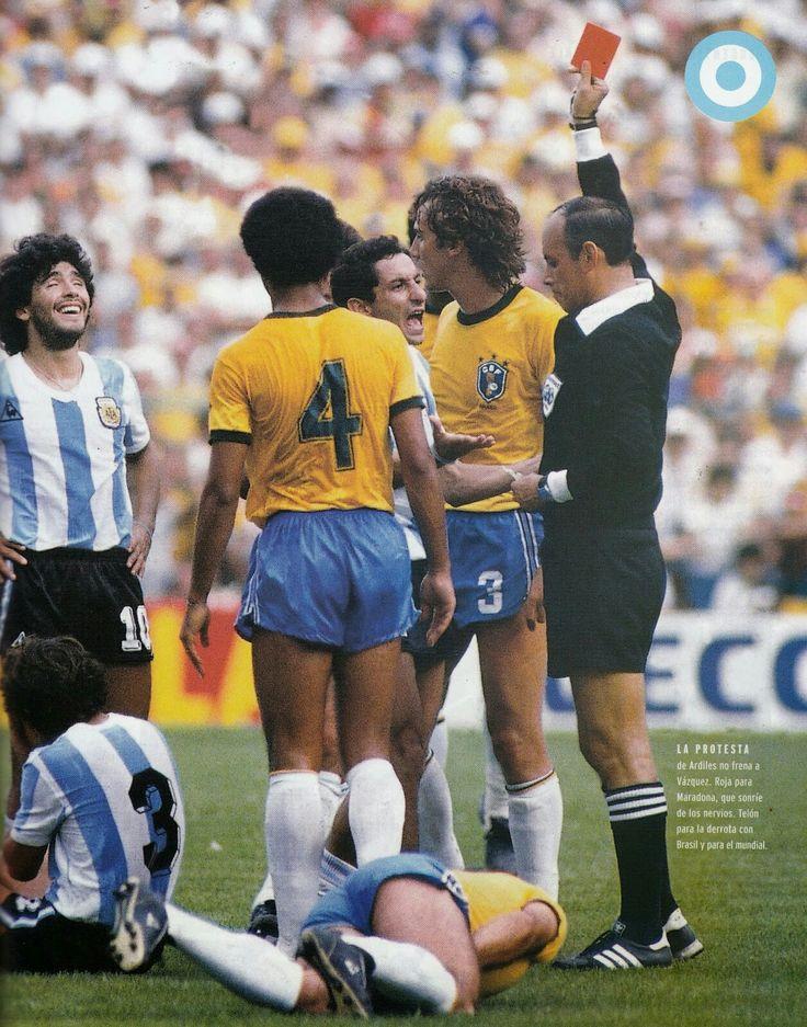 Maradona apela e é expulso na vitória do Brasil sobre sua Argentina por 3x1 na Copa da Espanha de 1982.