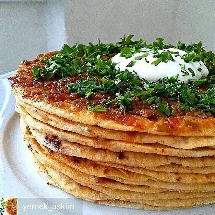 En güzel mutfak paylaşımları için kanalımıza abone olunuz. http://www.kadinika.com Ramazan Sofrası  Ellerinize sağlık   @yemek_askim  #Ramazansofrasii  Kayseri'ye özgü yöresel lezzetlerden sadece biri olan yağlamayı bilmeyen varmı yumuşacık şebitlerin üzerine yayılan kavrulmuş ve tatlandırılmış kıymanın enfes uyumu tek kelime ile harika. YAĞLAMA Şebit için : 5 su bardağı un 1paket instant maya 1yemek kaşığı şeker 1tatlı kaşığı tuz Aldığı kadar su  Hamur malzemelerini bir araya getirerek…