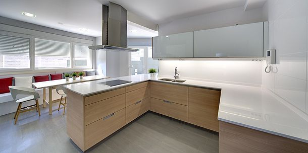 SANTOS kitchen | Horizontal engraved laricio and white seff Minos model in Celada de la Vega (León), project by Hipermueble Riego http://hipermuebleriego.com/estudio-de-cocinas/ http://santos.es/