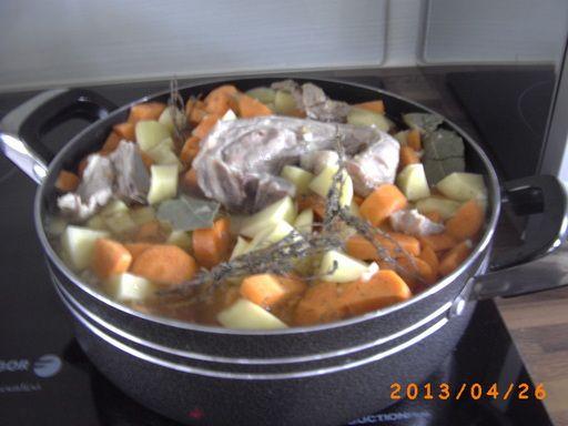 agneau, poivre, pomme de terre, bouquet garni, oignon, beurre, ail, sel, carotte