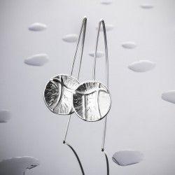 Pendiente UMAH Pendiente de plata forjada y relieve de textura lisa. Acabado mate-brillo  Me inspiro en las texturas de mi entorno, el movimiento de las formas, la fuerza de la naturaleza y cómo influyen en nuestras vidas.