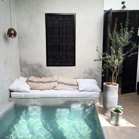 L'endroit parfait pour prendre l'apéro les deux pieds dans l'eau. Un super spa pour une cour intérieure!