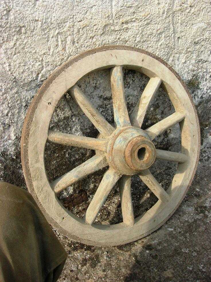 Una delle innumerevoli ruote da antico carro agricolo realizzate da mio nonno prima e mio padre dopo.Piccoli gioielli di alta manifattura che solo una grande conoscenza sia della tecnica del ferro che di quella del legno e di notevole abilità artigianale potevano consentirne la realizzazione