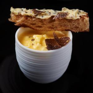 L'œuf à la coque, mouillettes à la truffe noire par Hélène Darroze