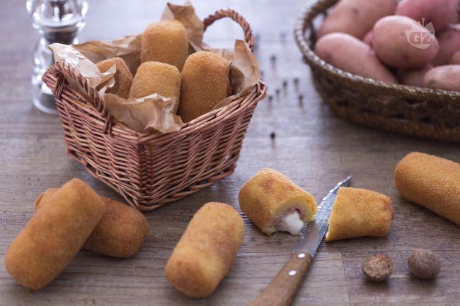 Le crocchette di patate con cuore filante di mozzarella e prosciutto sono un fingerfood semplice ma molto gustoso: una tira l'altra!