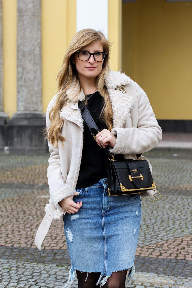 streetstyle Outfit Blogger Prada Bag Frühlingstrend 2017 Mittellanger Jeansrock kombinieren Strumpfhose Lammfelljacke Zara