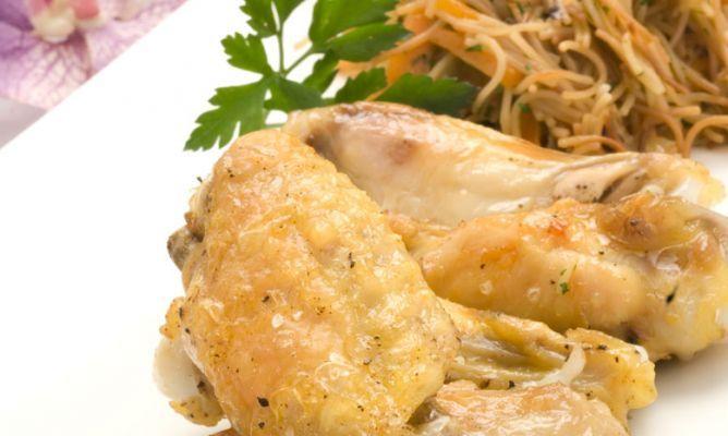 Receta de Alitas asadas con fideos y verduras
