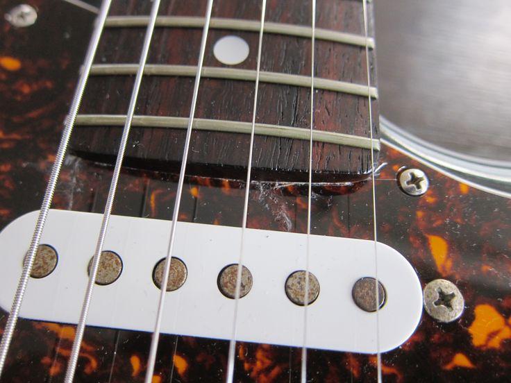 交換した鼈甲柄のピックガードが21F用だったため、自分でカットして装着しています。そのため少し割れて、接着剤でつけています。ギター本体には余分なネジ穴等のダメージは生じていません。