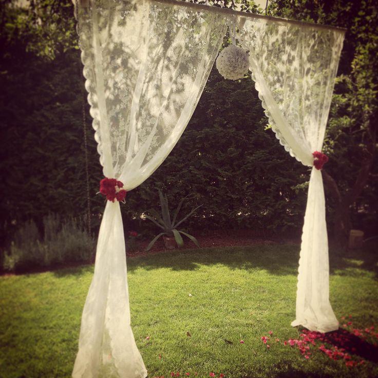 Bérelhető romantikus csipke függöny háttér rózsa mintával. Két részből áll, a tetején bújtatóval.