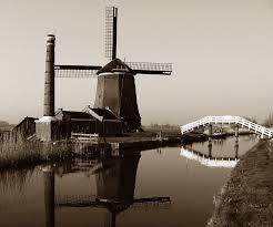 Oude molen. Vroeger werden windmolens gebruikt om te malen of water te verpompen. Nu gaat dat gewoon met de moderne machines.