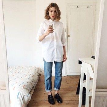 白シャツとデニムの王道スタイルには、エナメルシューズでアクセントを利かせて。メンズライクなシューズをプラスすることで一気にモード感が出ますね。