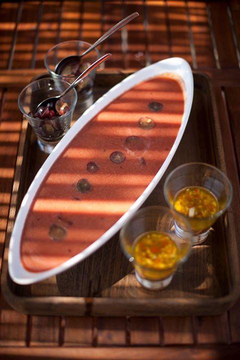 Sopa fria de melancia com lâminas de uva e vinagreta de manga, por chef Ljubomir Stanisic/Papa Quilómetros. A receita em https://www.facebook.com/notes/100-maneiras/sopa-fria-de-melancia-com-l%C3%A2minas-de-uva-e-vinagreta-de-manga-para-enfrentar-o-c/10151784561674783