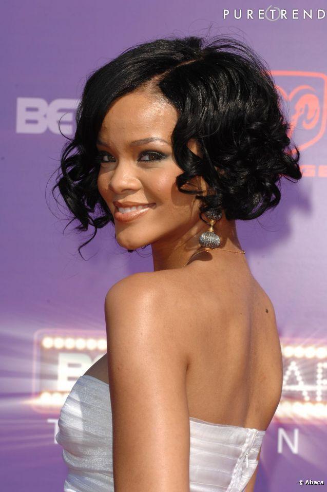PHOTOS - Le carré plongeant de Rihanna en version bouclée. en 2020 | Rihanna cheveux court ...