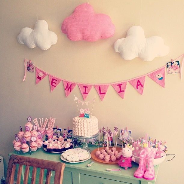 A very cute and very pink Peppa party!