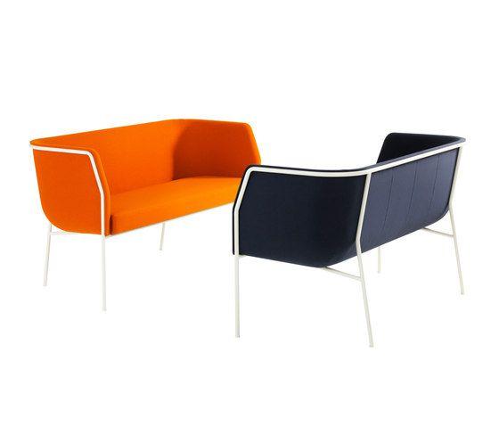 Lammhults Cajal - De sofa Cajal is ontwikkeld vanuit het idee date en comfortabele bank ook heel compact kan zijn. Ontwerper Gunilla Allard koos voor een dun stalen frame waarin de kuip bijna los opgehangen lijkt te zijn. Voor het frame kan worden gekozen uit een aantal lakkleuren of chroom. De bekleding van de kussens is naar keuze in stof of leer. De Cajal is bij uitstek geschikt voor de toepassing in ontvangstruimten. In de serie is ook een fauteuil verkrijgbaar.