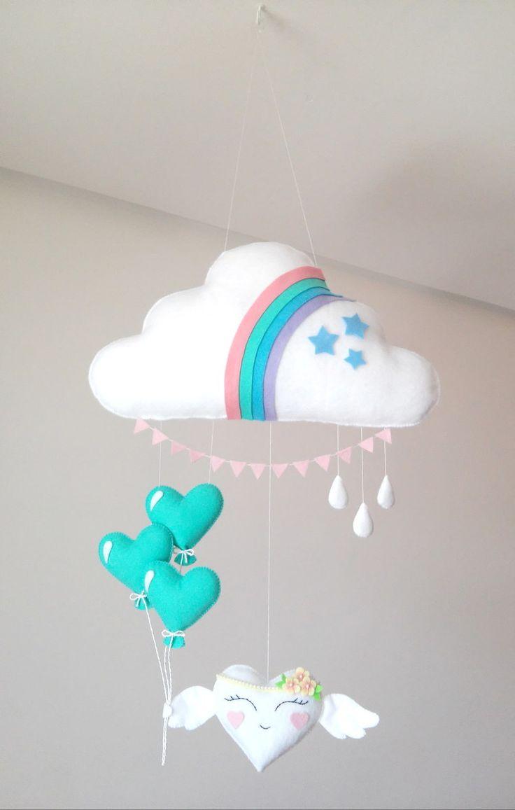 Móbile feito de feltro, costurado a mão e preenchido com fibra siliconada. Lindo móbile composto por nuvem, balões, gotas e uma fofura de coração alado(11 cm). Sua leveza, o seu colorido e mobilidade traz calma e distração para o seu bebê. Deixa qualquer ambiente alegre e divertido. Medi...