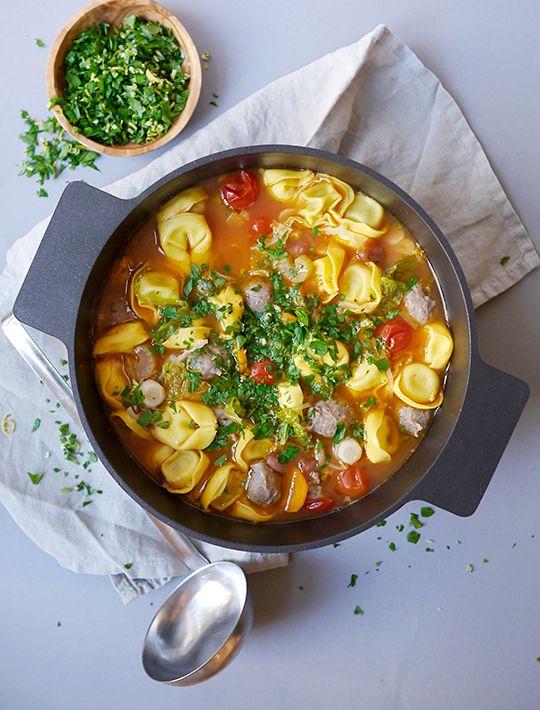 Grøntsagssuppe med kødboller, tortellini og gremolata