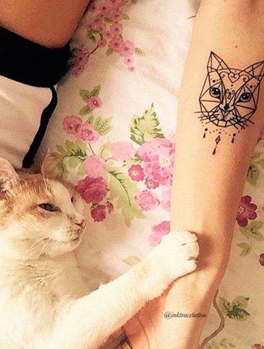 Un joli tatouage graphique de chat pour les amoureuses des félins