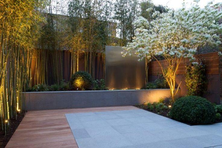 jardin Feng Shui avec terrasse en bois, projecteurs et bambou