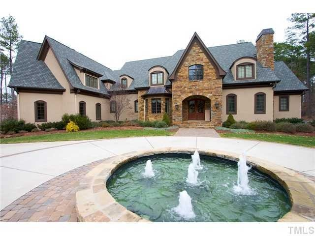 Circle driveway with the fountain #Bossin
