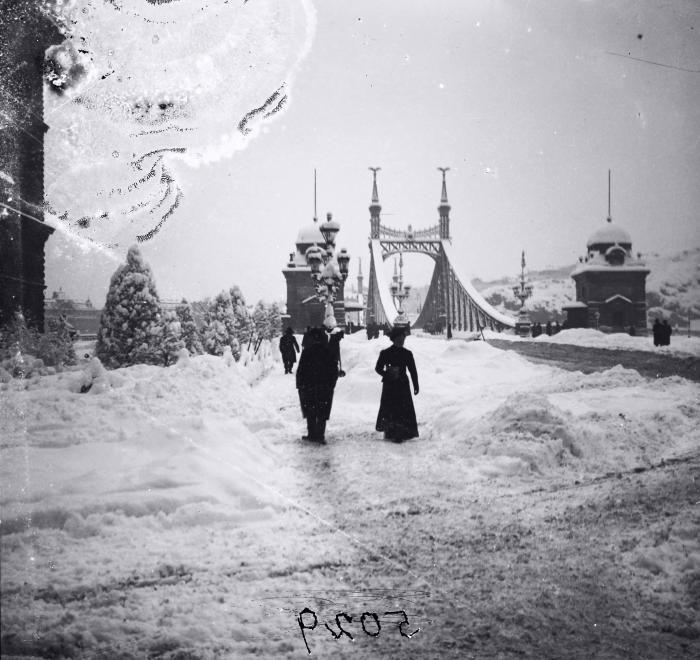 Fővám tér, a Szabadság (Ferenc József) híd pesti hídfője, balra a Fővámpalota.