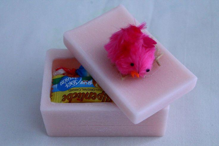 https://flic.kr/p/yWxTsy | CAJITA RECTANGULAR DE PASCUA – HECHA DE CERA | Cajita rectangular rosa, hecha de cera, con una decoración de Pascua: un pollito fucsia. Con aceite esencial 100% natural de pachulí. Tamaño: 85 x 55 mm.  Artesanal.  También en:  www.ilmiomondoincera.com