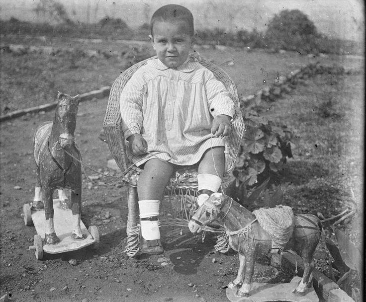 Niño con juguetes, entre 1919-1927. Fotografía de Francisco Roglá López, (1894-1936). Colección de Colección de fotografías de Cullera II. Donación Familia Roglá