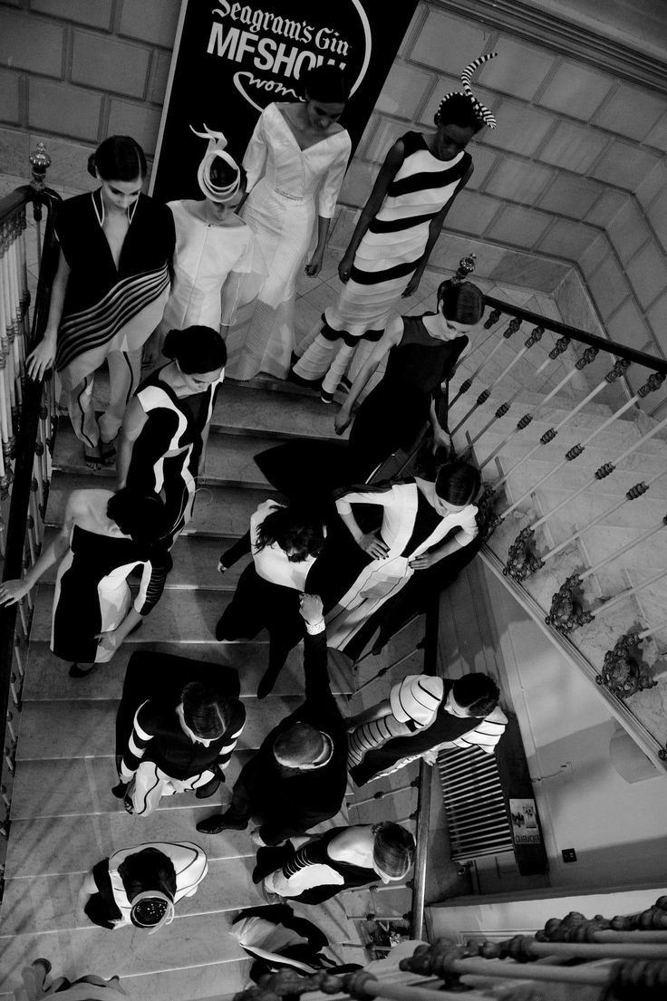 MFShowWomen / Diseños de Nicholas&Atienza en la escalera del vestíbulo del MNAD. https://www.facebook.com/moda.MFSHOW?fref=ts