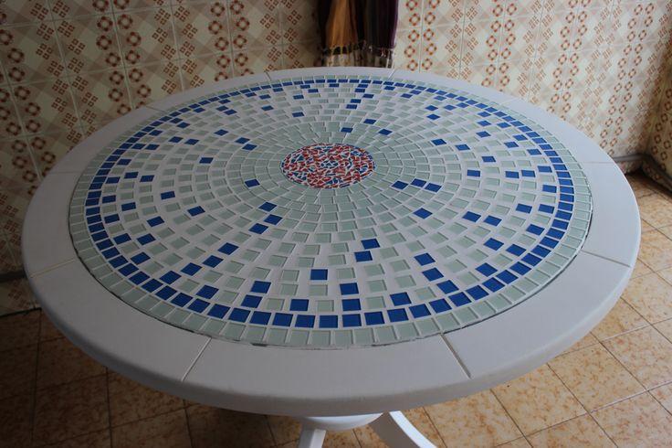 Mosaico em mesa de madeira com tampo de vidro